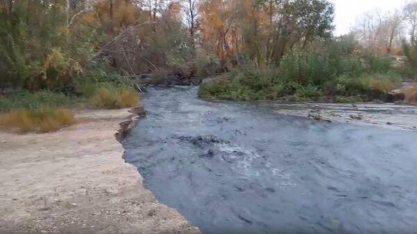 Скриншот видео слива черной жидкости в Иртыш