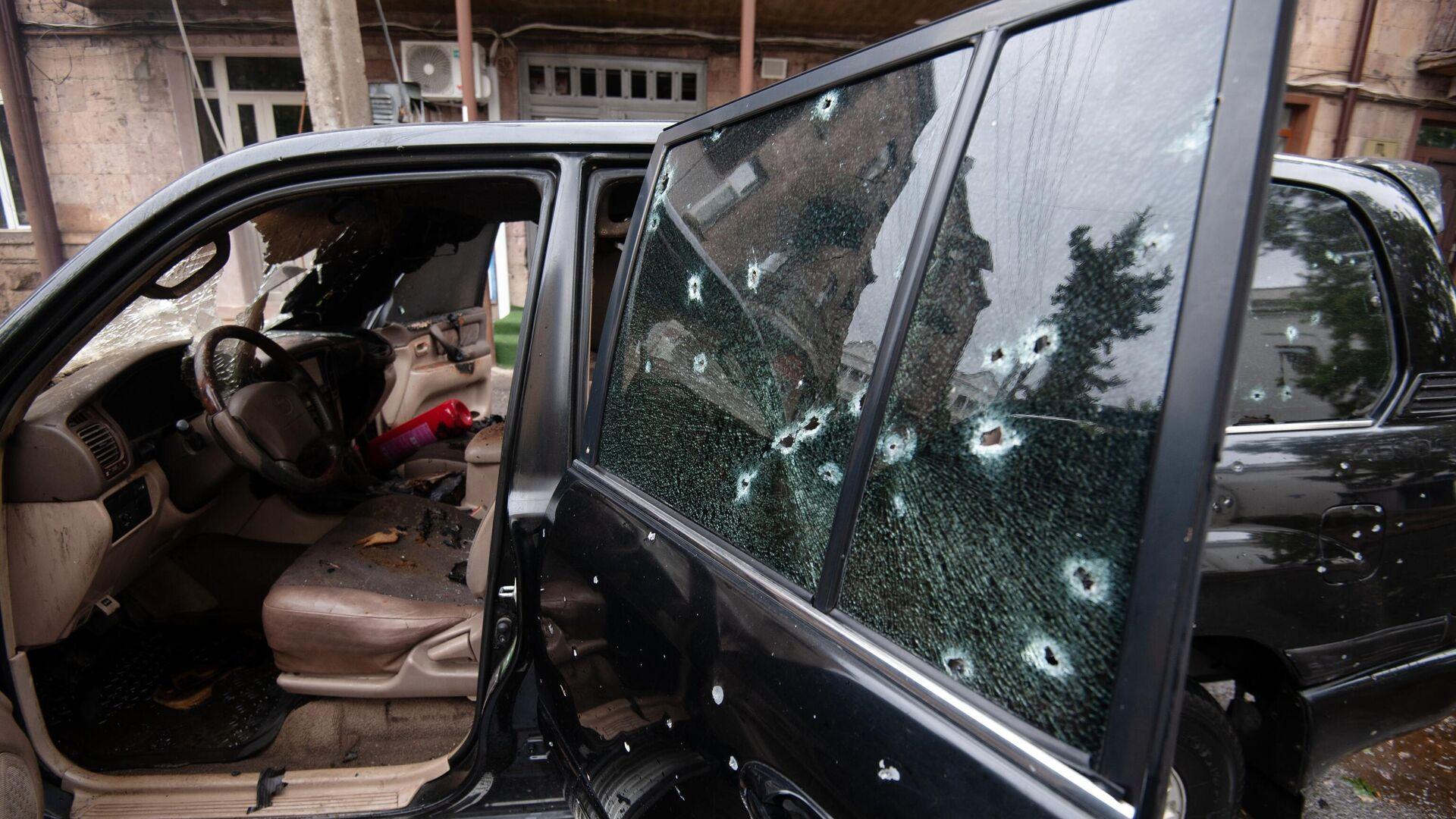 Автомобиль, поврежденный в результате обстрела в Степанакерте - РИА Новости, 1920, 06.10.2020