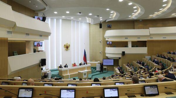 Сенаторы во время парламентских слушаний О параметрах проекта федерального бюджета на 2021 год и на плановый период 2022 и 2023 годов