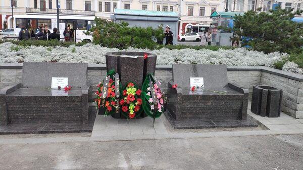 Гранитные лавочки, вазоны и урны на центральной площади Владивостока
