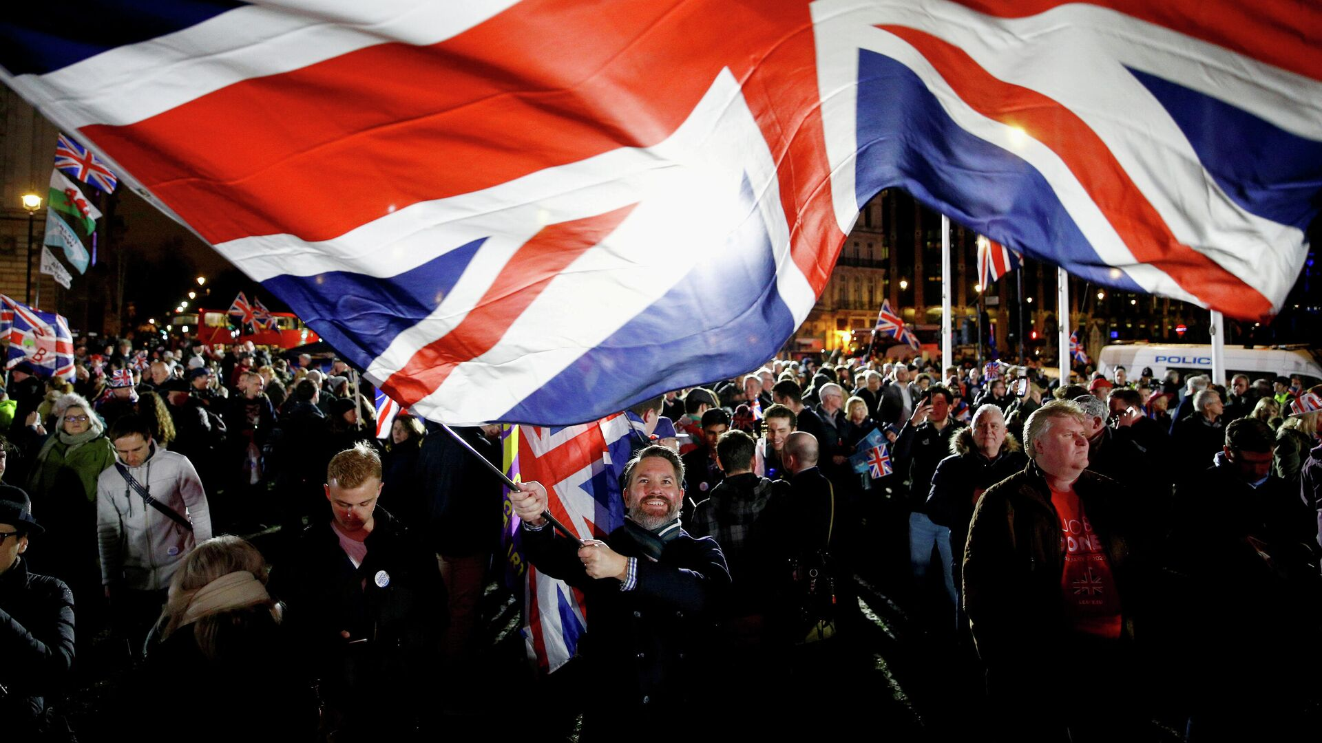 Мужчина размахивает флагом Великобритании в Лондоне  - РИА Новости, 1920, 06.10.2020