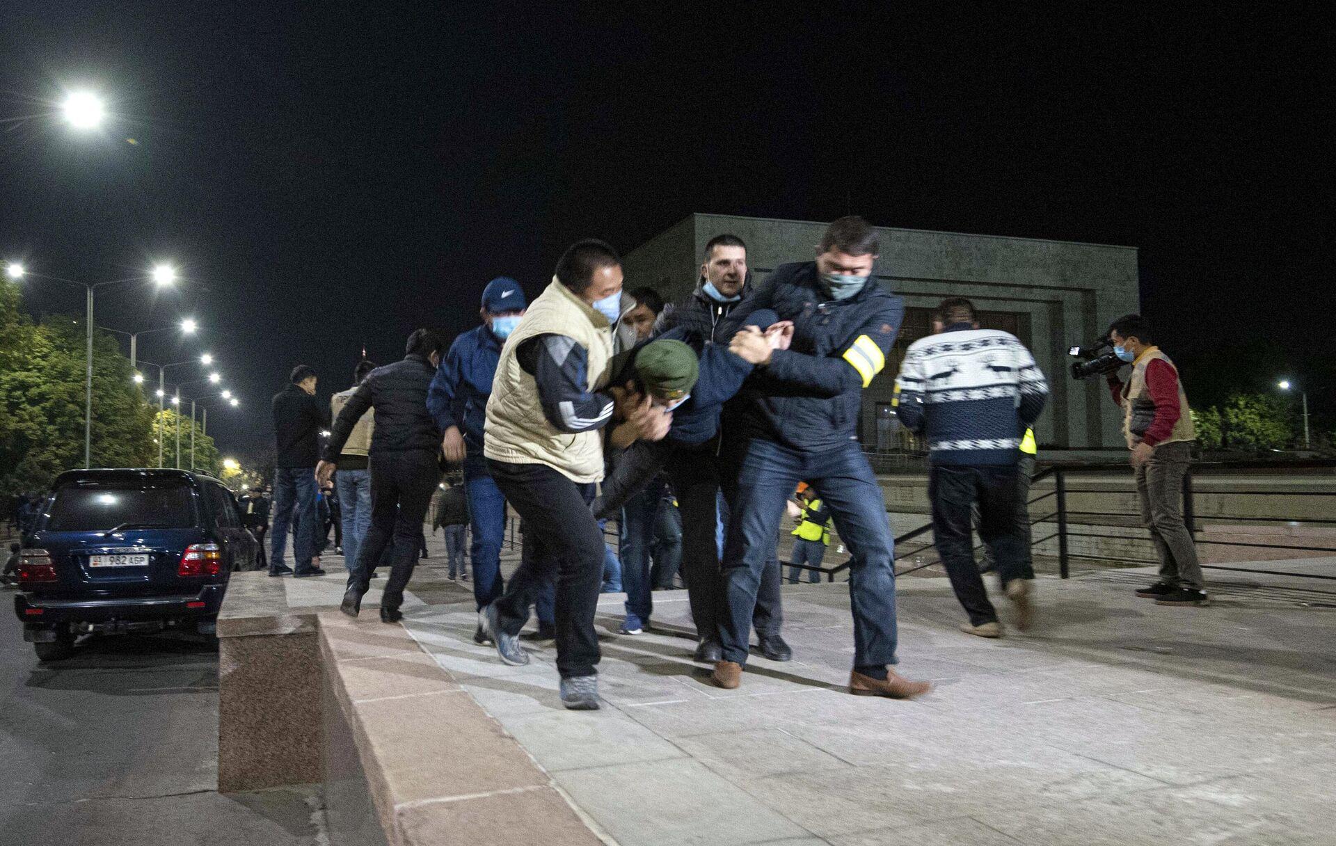 Сотрудники правоохранительных органов задерживают участников акции протеста в Бишкеке. Протестующие требуют аннулировать итоги парламентских выборов - РИА Новости, 1920, 06.10.2020