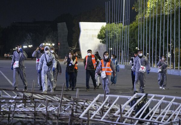 Медицинские работники во время акции протеста в Бишкеке. Протестующие требуют аннулировать итоги парламентских выборов