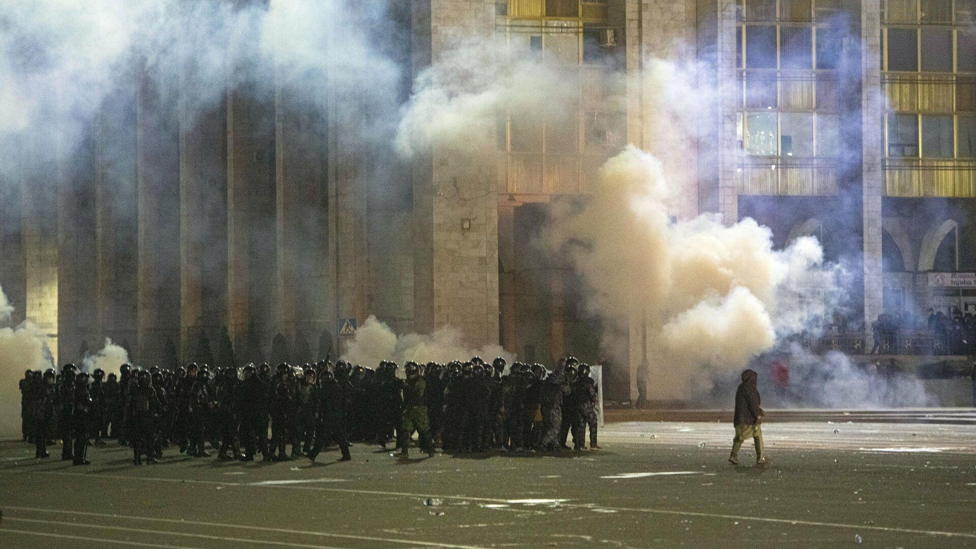 Сотрудники правоохранительных органов во время акции протеста в Бишкеке - РИА Новости, 1920, 07.10.2020