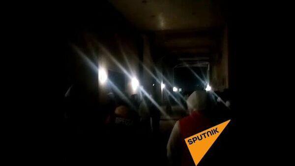 Беспорядки в Бишкеке: толпа неизвестных пытается прорваться в здание возле отеля Достук