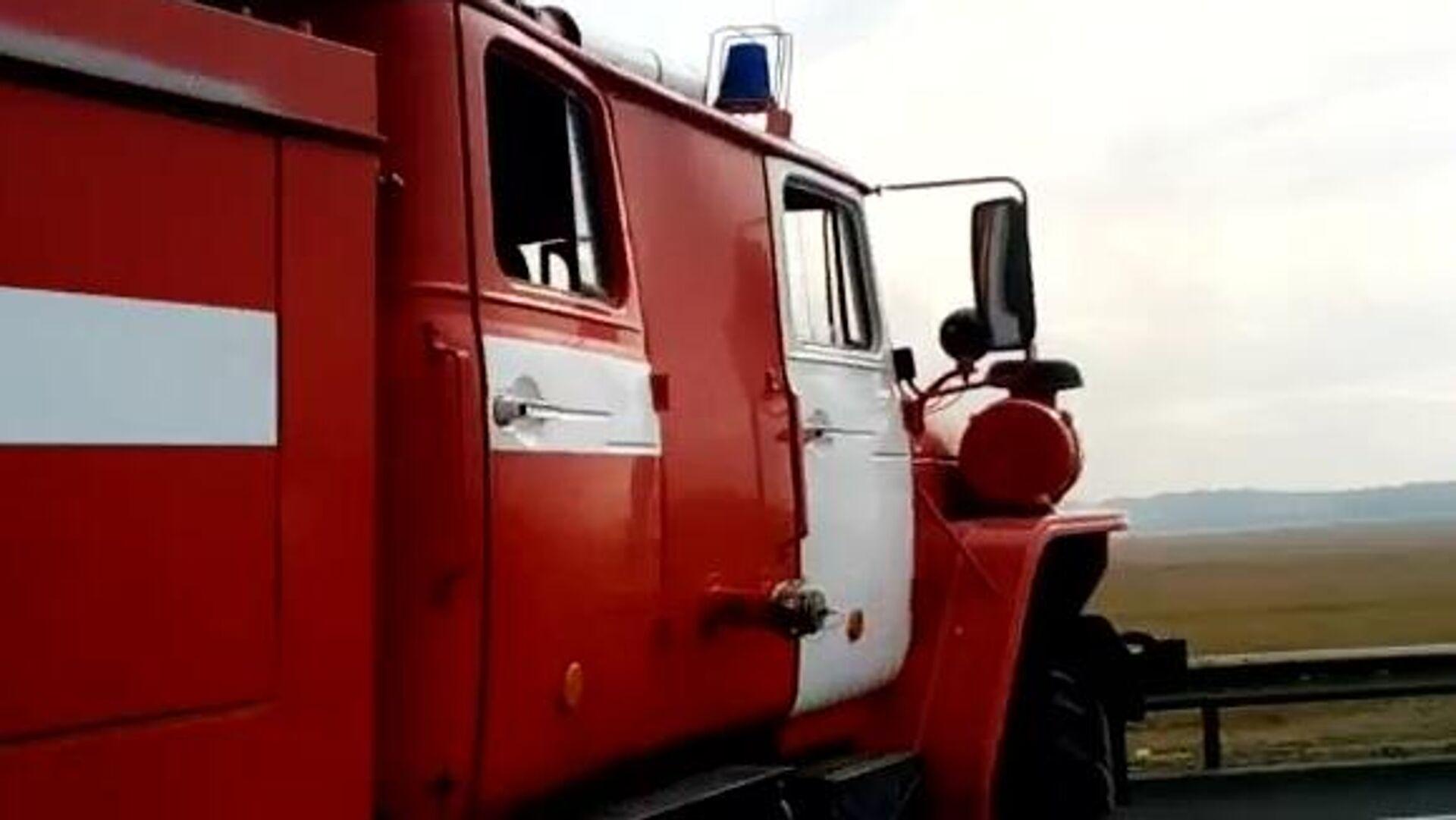 Пожарная машина недалеко от места взрывов на бывших военных складах в Рязанской области. Скриншот видео - РИА Новости, 1920, 17.05.2021