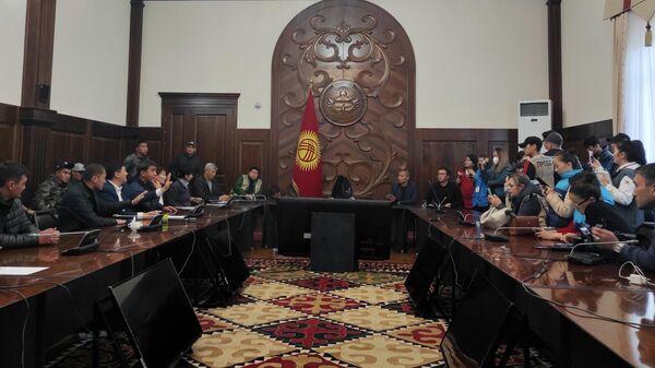 Члены Народного координационного совета (НКС), созданного группой политических партий Киргизии, обсуждают проект о передаче государственной власти и роспуске действующего парламента в здании правительства республики