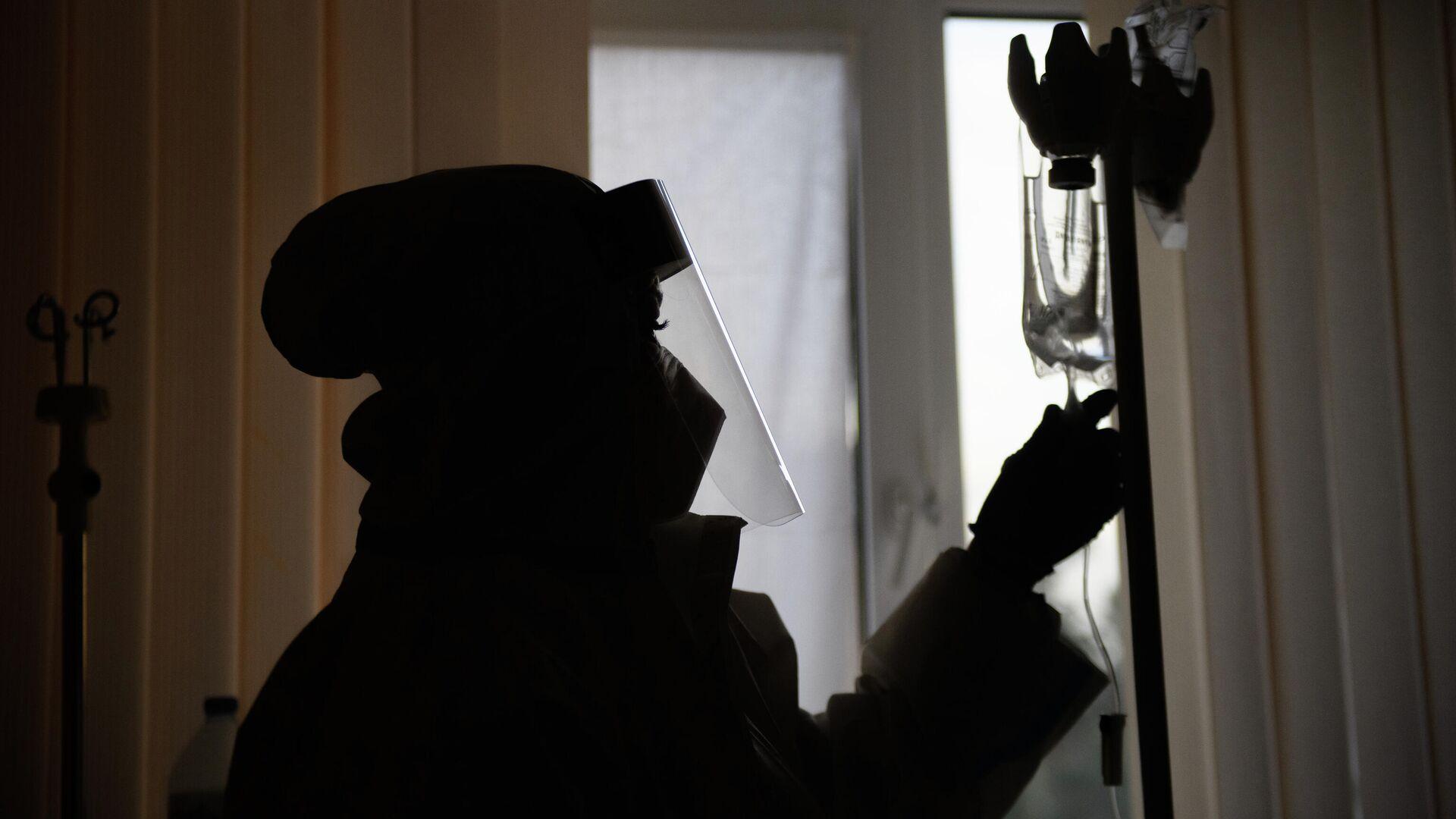 Медицинский работник в отделении гемодиализа городской клинической больницы № 52 в Москве - РИА Новости, 1920, 05.11.2020