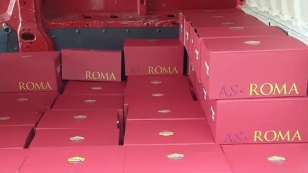 Подарки от благотворительного фонда Ромы с футбольной атрибутикой и спортивной одеждой в поддержку пострадавшим болельщикам в Нагорном Карабахе
