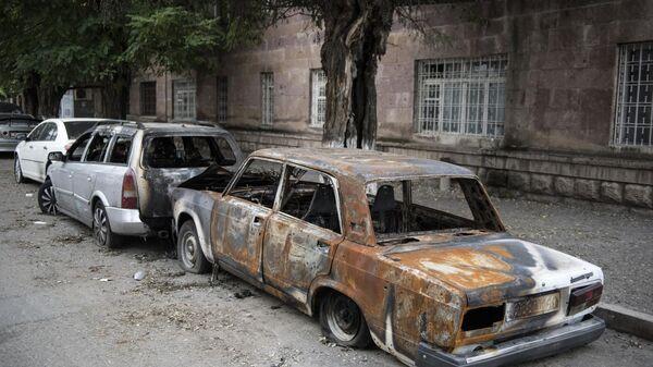 Легковые автомобили, искореженные и обгоревшие в результате обстрелов Степанакерта в Нагорном Карабахе