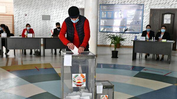 Мужчина участвует в голосовании на выборах президента Таджикистана на одном из избирательных участков в Душанбе