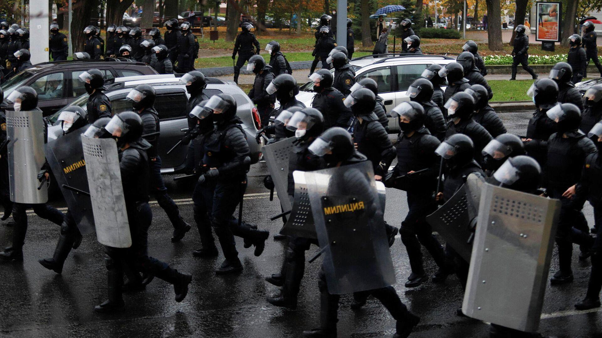 Сотрудники правоохранительных органов во время митинга оппозиции в Минске. 11 октября 2020 - РИА Новости, 1920, 11.10.2020