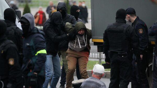 Сотрудники правоохранительных органов проводят задержания во время митинга оппозиции в Минске. 11 октября 2020
