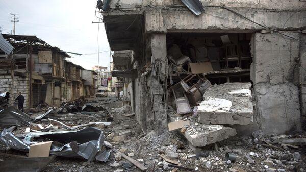 Разрушения на улице города Степанакерт, который подвергся обстрелу