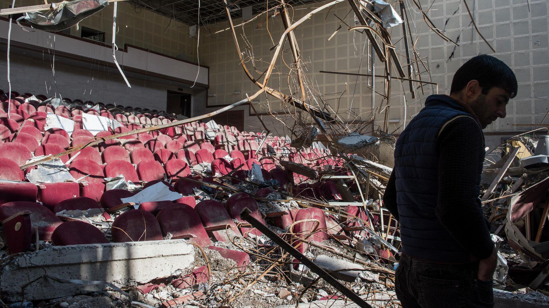 Разрушенный обстрелом кинотеатр в городе Шуши в Карабахе - РИА Новости, 1920, 12.10.2020