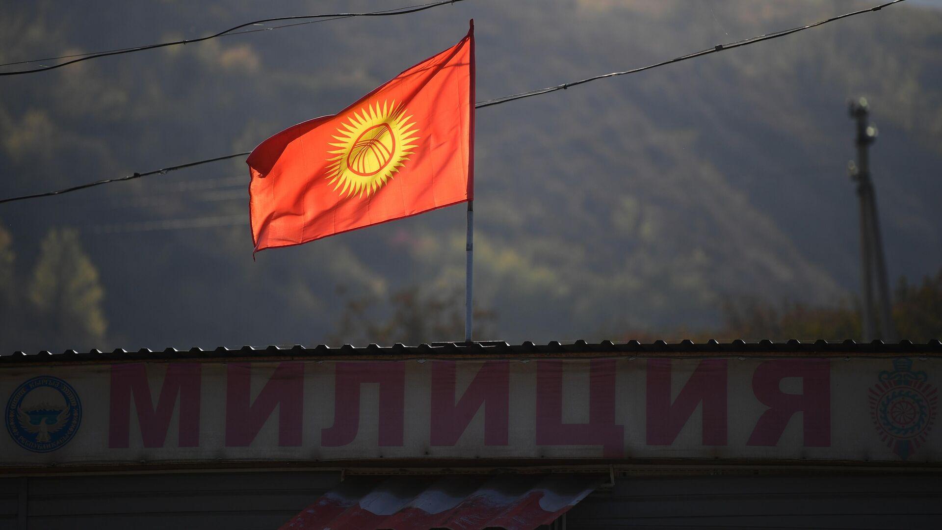 Флаг Киргизии на отделении милиции на въезде в Бишкек - РИА Новости, 1920, 23.10.2020