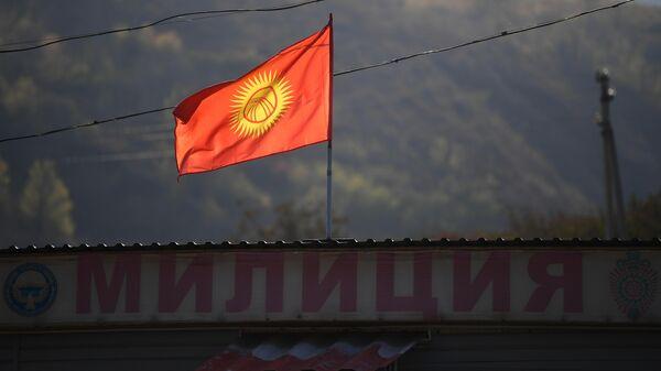Флаг Киргизии на отделении милиции на въезде в Бишкек