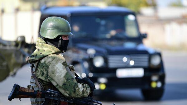 Военнослужащий на блокпосту на въезде в Бишкек