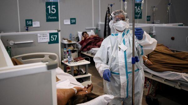 Медицинский работник во временном госпитале для пациентов с COVID-19 в Сокольниках