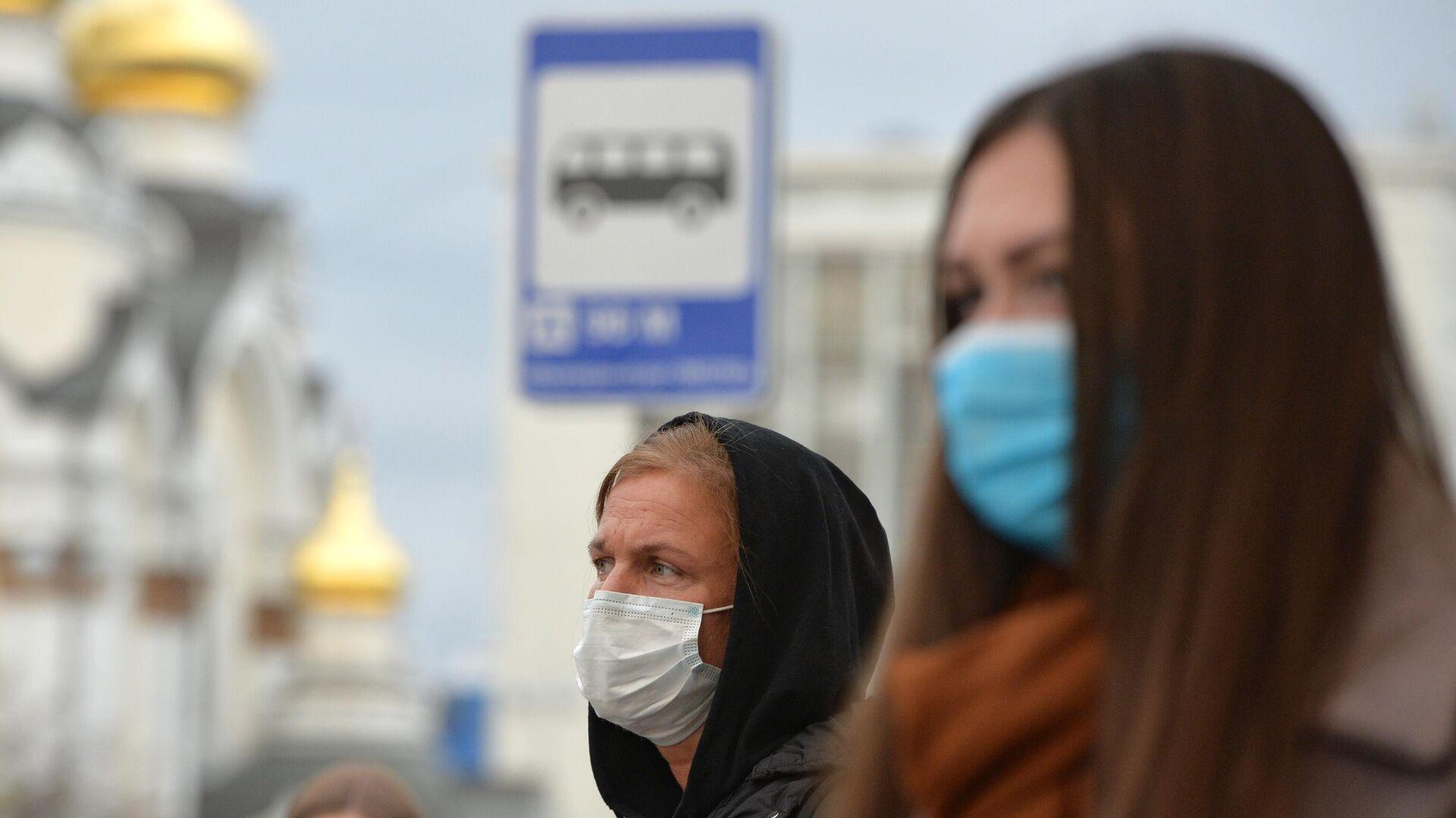 Люди в защитных масках на остановке общественного транспорта в Екатеринбурге - РИА Новости, 1920, 23.10.2020