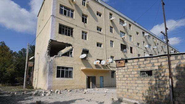 Жилой дом, разрушенный в результате обстрелов в городе Тертер