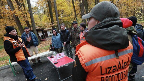 Добровольцы поисково-спасательного отряда Лиза Алерт проводят учебный сбор в Московской области