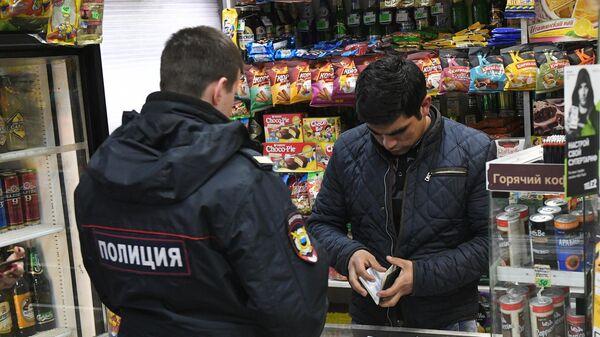 Сотрудник полиции в одном из московских продуктовых магазинов во время рейда по выявлению точек продажи контрафактной продукции