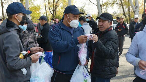 Раздача масок митингующим у гостиницы Иссык-Куль в Бишкеке