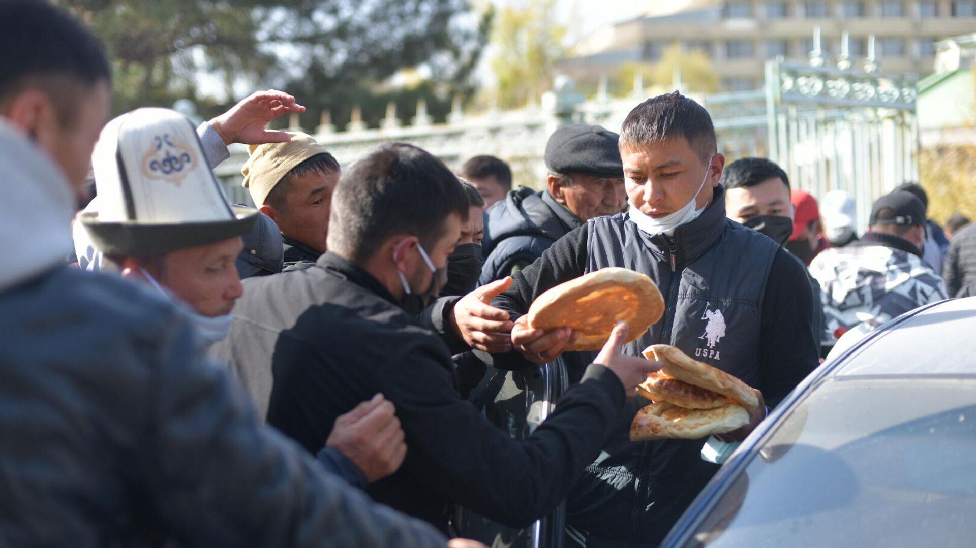 Раздача хлеба митингующим у гостиницы Иссык-Куль в Бишкеке - РИА Новости, 1920, 20.10.2020
