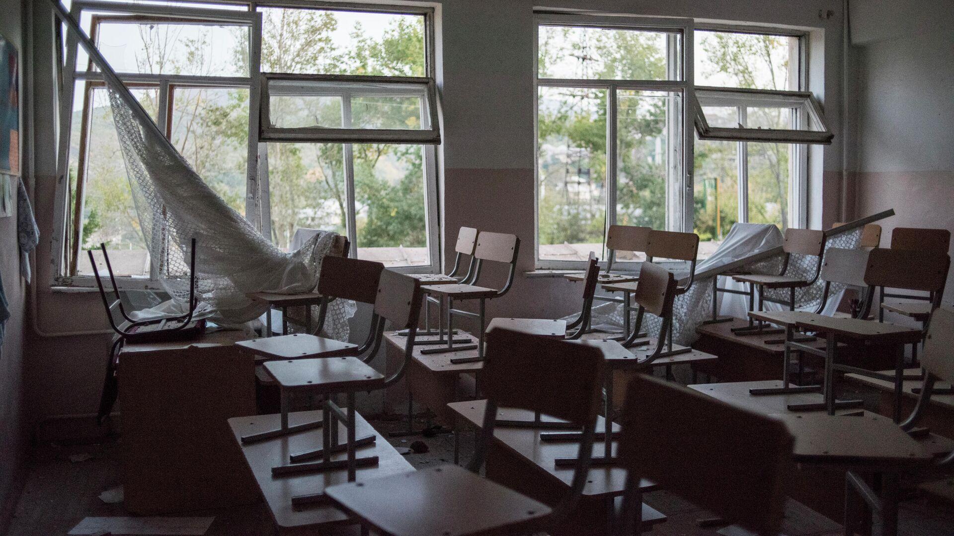 Класс разрушенной школы № 10 в Степанакерте - РИА Новости, 1920, 01.11.2020