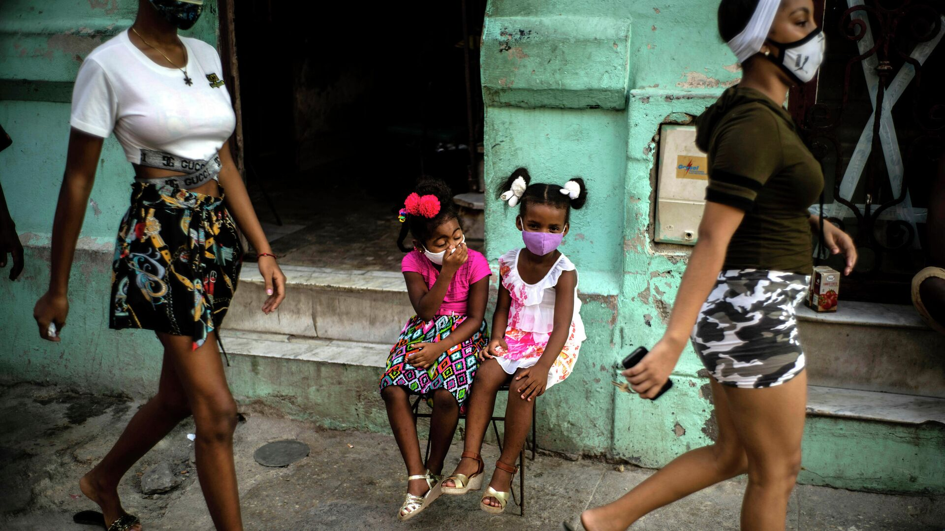 Девочки в защитных масках ждут своих родителей на улице Гаваны - РИА Новости, 1920, 25.07.2021