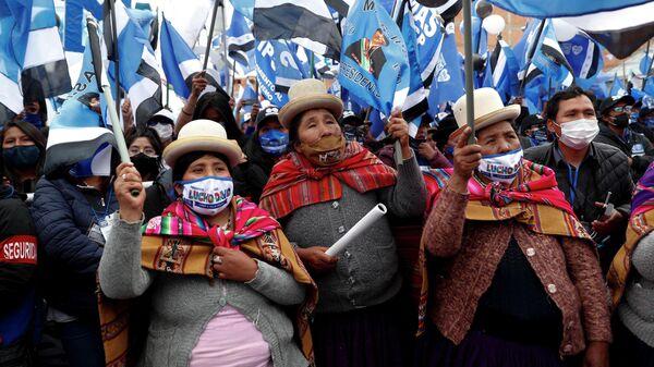 Сторонники Луиса Арсе, который баллотируется в президенты от партии Движение к социализму принимают участие в заключительном предвыборном митинге в Эль-Альто, Боливия