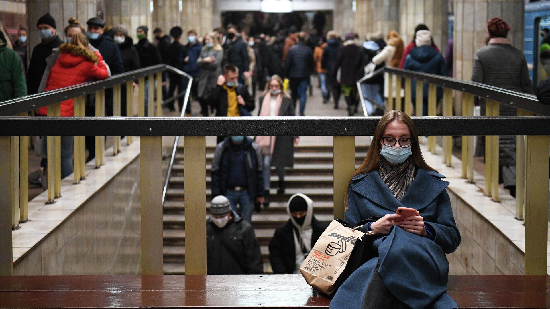 Девушка на станции метро Красный проспект в Новосибирске - РИА Новости, 1920, 15.10.2020