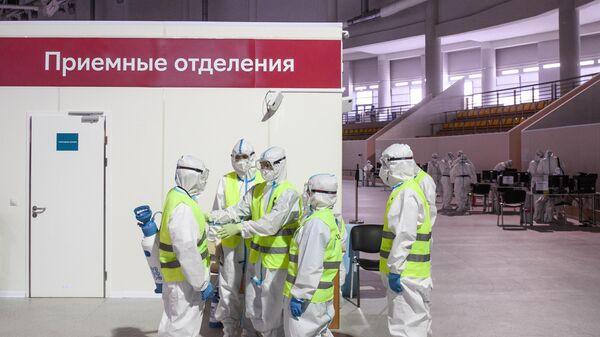 Медицинские работники во временном госпитале для пациентов с COVID-19 в ледовом дворце Крылатское в Москве