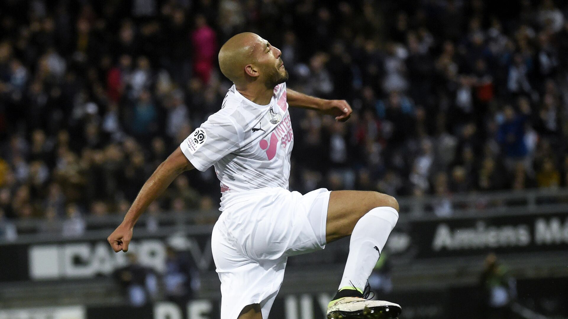 Amiens' Norwegian defender Haitam Aleesami celebrates after scoring a goal during the French L1 football match between SC Amiens and Olympique de Marseille (OM) on October 4, 2019 at the Licorne Stadium in Amiens. (Photo by FRANCOIS LO PRESTI / AFP) - РИА Новости, 1920, 17.10.2020