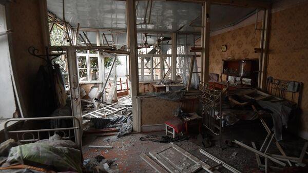 Дом, поврежденный в результате ракетного обстрела города Гянджа