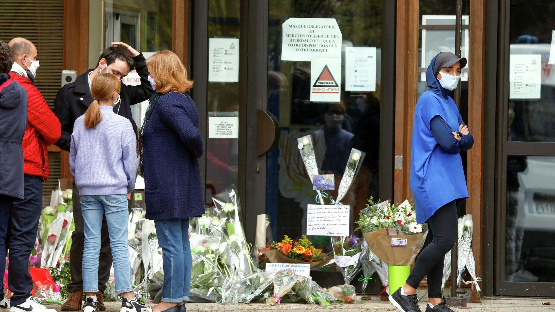 На месте убийства учителя в коммуне Конфлан-Сент-Онорин, Франция - РИА Новости, 1920, 17.10.2020