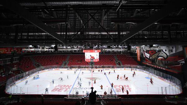 Игроки на раскатке перед началом матча Авангард - Салават Юлаев