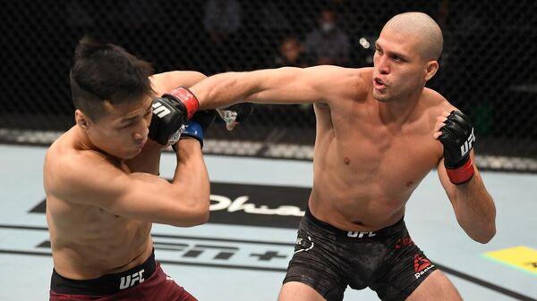 Брайан Ортега (справа) в бою с Чон Чхан Соном по прозвищу Корейский Зомби