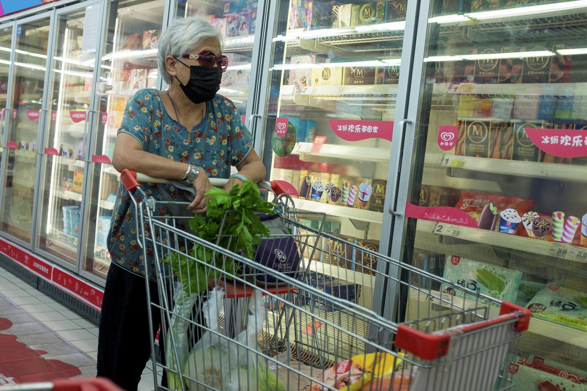 Женщина у стеллажа с замороженной продукцией в супермаркете в Пекине, КНР - РИА Новости, 1920, 23.10.2020