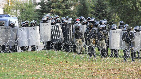 Сотрудники правоохранительных органов Белоруссии во время несанкционированной акции протеста в Минске