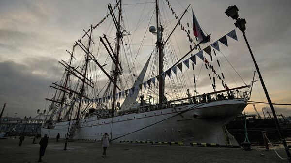 Парусное судно Седов у причала мурманского порта