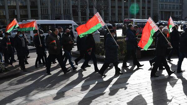 Участники митинга в Минске с флагами Белоруссии