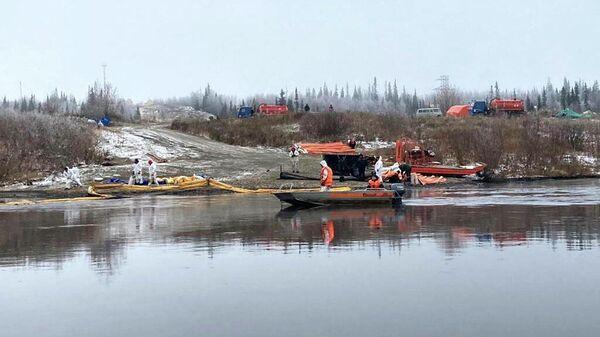 Ликвидация последствий утечки нефти на реке Колва