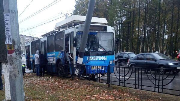 ДТП с троллейбусом произошло в Коврове на перекрестке улиц Чкалова и проспекта Ленина