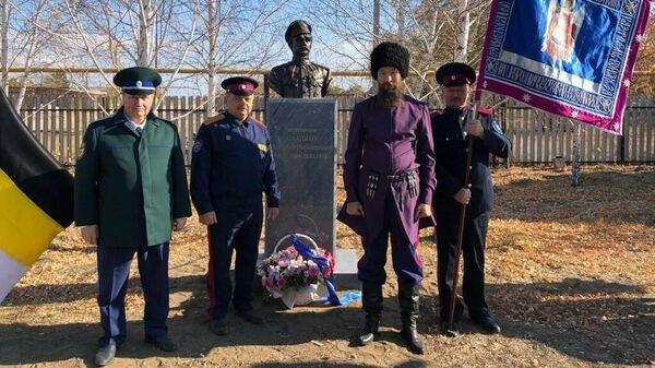 Под Оренбургом на улице Чапаева установили памятник, победившему Чапаева, казачьему полковнику Тимофею Сладкову