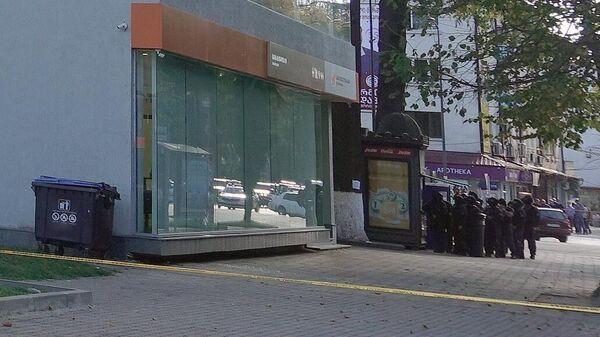 Полицейские возле филиала Банка Грузии в центре Зугдиди