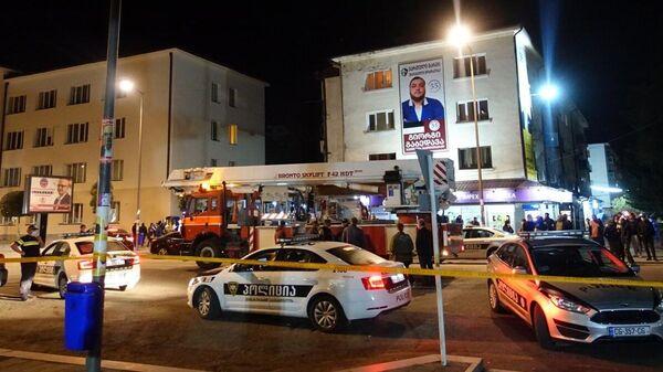 Полицейские автомобили возле отделения Банка Грузии в Зугдиди, где вооруженный мужчина захватил заложников