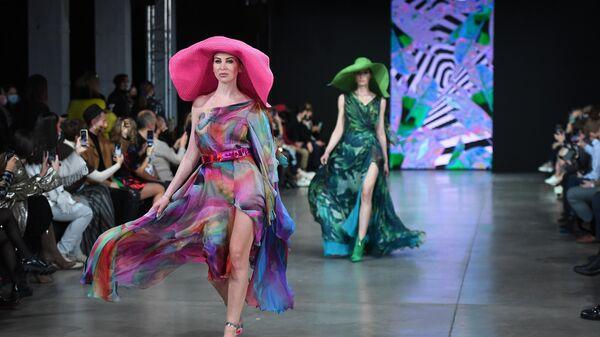 Модели демонстрируют одежду из коллекции Julia Dalakian в рамках Недели моды Mercedes Benz Fashion Week Russia