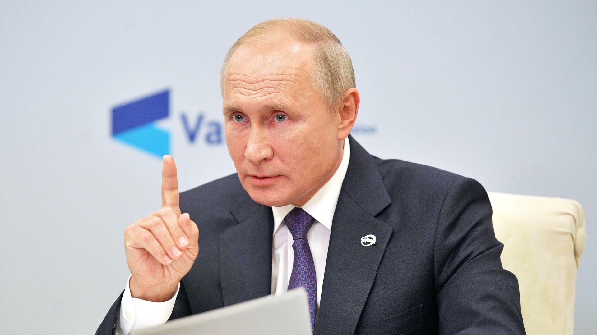 Путин и Шойгу обменялись шутками на совещании с военными